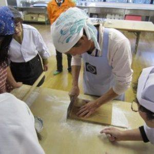 """長野県育成の新品種""""信州ひすいそば""""のそば粉を使った「そば打ち体験」と「そば製粉工場見学」を開催しました。"""
